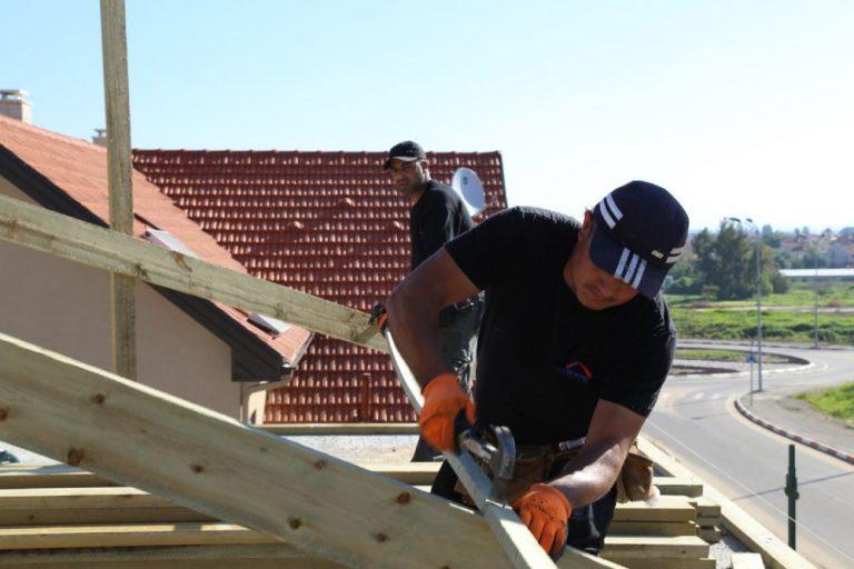 בניית גגות רעפים - הצוות של סימנית גג בפעולה