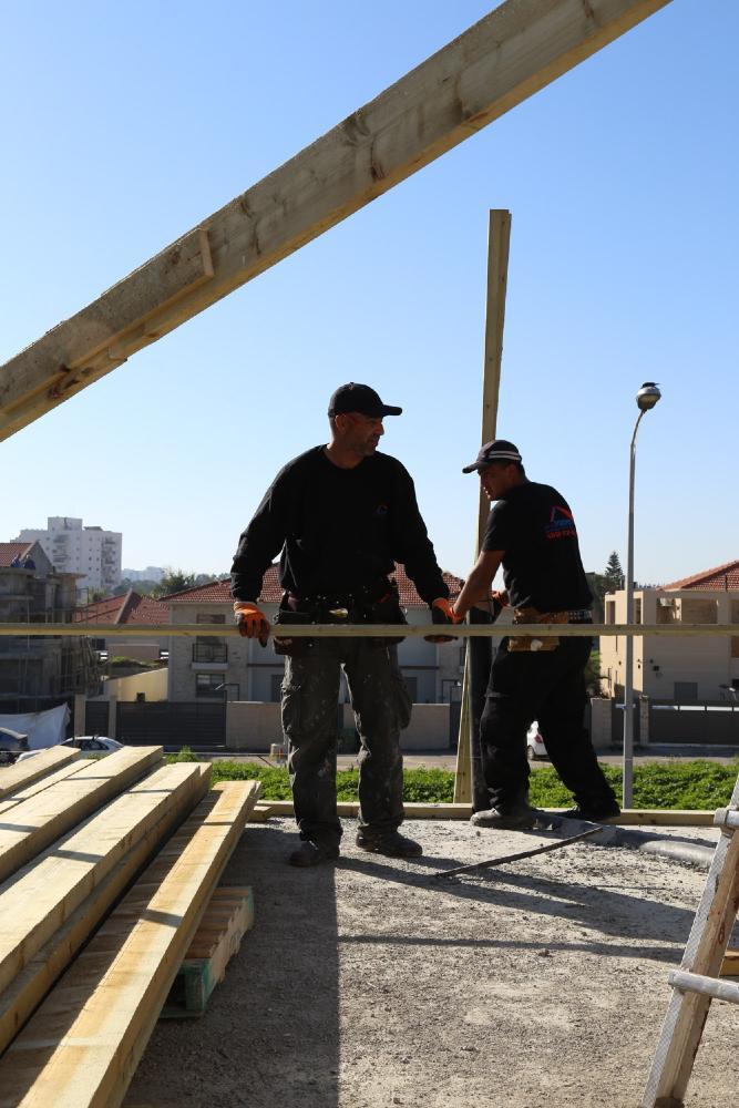 בניית גג רעפים בפעולה - סימנית גג לעד