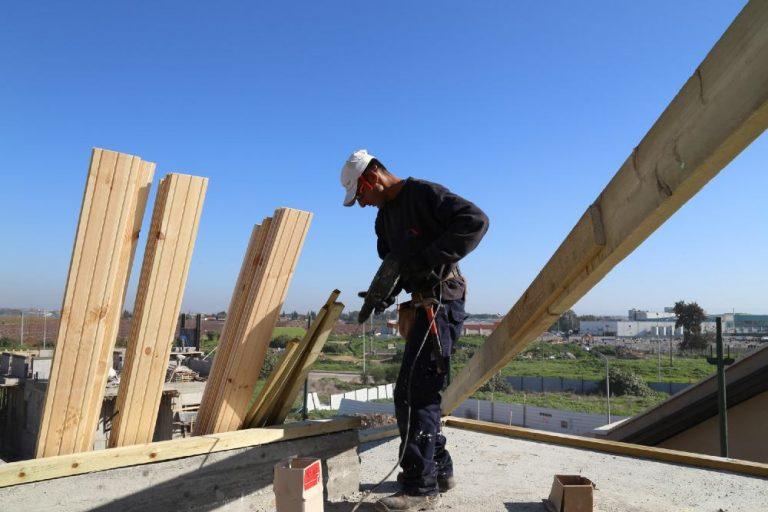 צוות סימנית גג לעד בזמן בניית גג רעפים